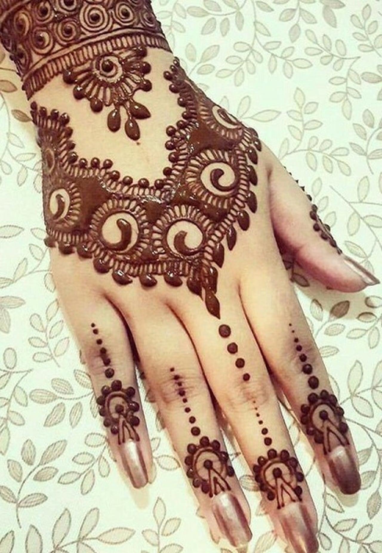 بالصور نقش خليجي ناعم , لكل عروسة يدك تحفة فنية مميزة 2484 4