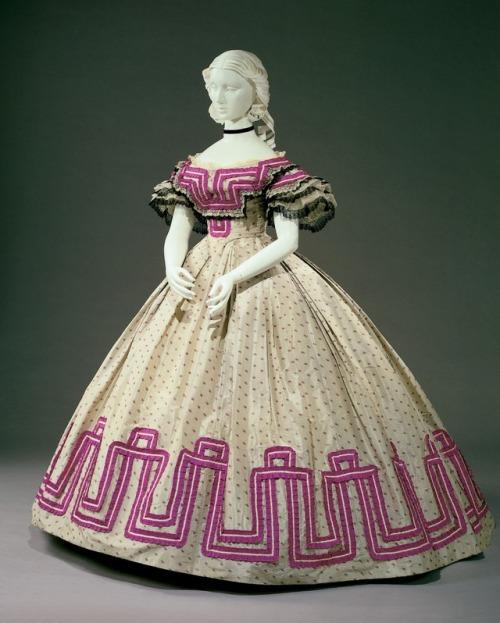بالصور فساتين فرنسيه قديمه , ازياء وموديلات فستان رقيق 1094 2