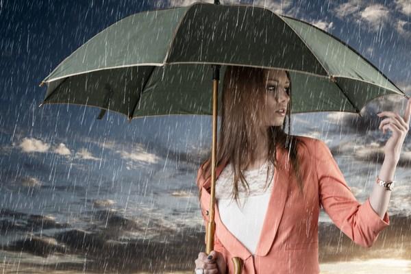 بالصور صور بنات تحت المطر , خلفيات للفتيات يمرحون تحت الشتا 3783 2