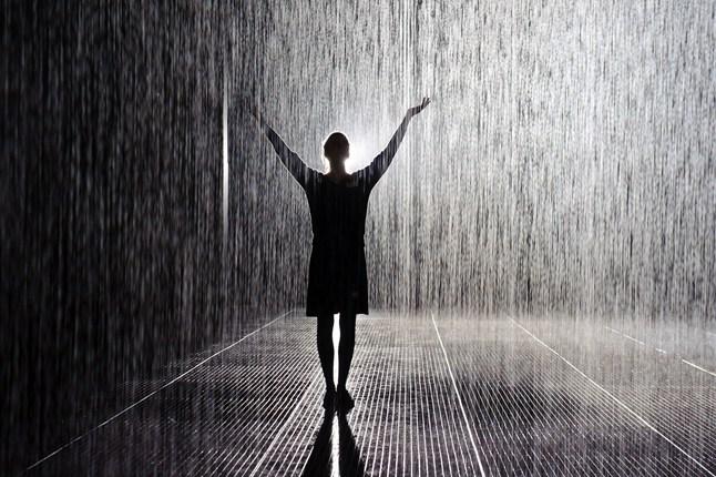 بالصور صور بنات تحت المطر , خلفيات للفتيات يمرحون تحت الشتا 3783 6