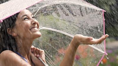 بالصور صور بنات تحت المطر , خلفيات للفتيات يمرحون تحت الشتا 3783