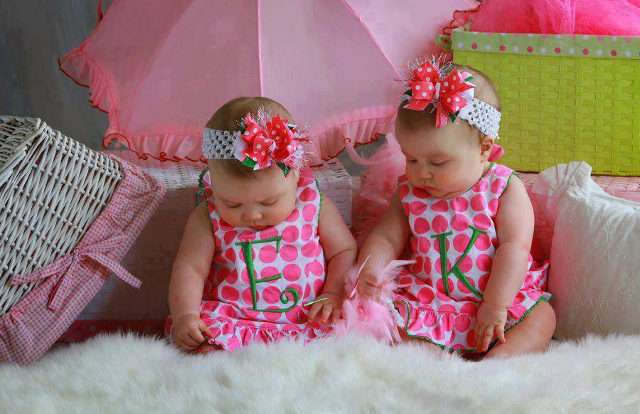بالصور صور اطفال توام اجمل صور اطفال توائم جميلة صور بيبيهات بنات توام كيوت , خلفيات بيبيهات ثنائي 3851 1