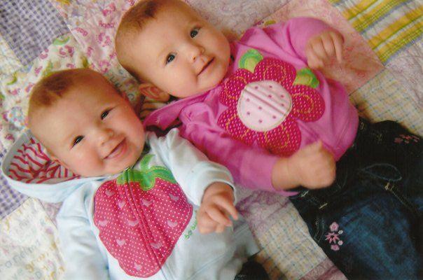 بالصور صور اطفال توام اجمل صور اطفال توائم جميلة صور بيبيهات بنات توام كيوت , خلفيات بيبيهات ثنائي 3851 2