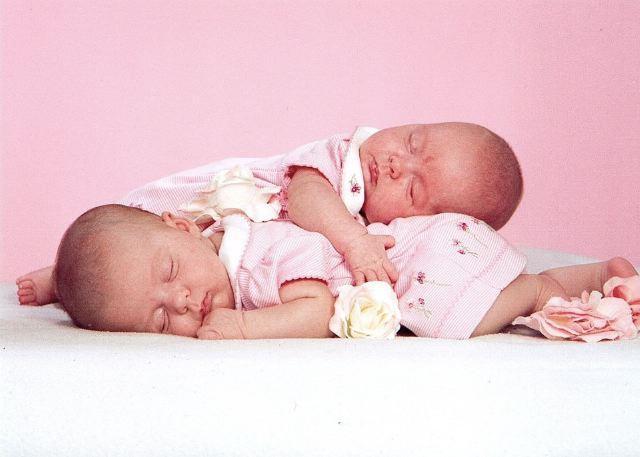 بالصور صور اطفال توام اجمل صور اطفال توائم جميلة صور بيبيهات بنات توام كيوت , خلفيات بيبيهات ثنائي 3851 4
