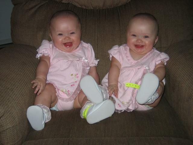 بالصور صور اطفال توام اجمل صور اطفال توائم جميلة صور بيبيهات بنات توام كيوت , خلفيات بيبيهات ثنائي 3851 6