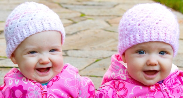 بالصور صور اطفال توام اجمل صور اطفال توائم جميلة صور بيبيهات بنات توام كيوت , خلفيات بيبيهات ثنائي 3851
